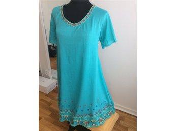 870240f3cb15 Turkos klänning med Blå röd och gul brodering A-linje skurenfrån Bareka