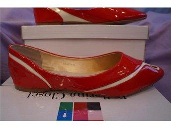 Röda glänsande ballerinaskor med svepande vitt mönster. S 37 - Norrtälje - Röda glänsande ballerinaskor med svepande vitt mönster. S 37 - Norrtälje