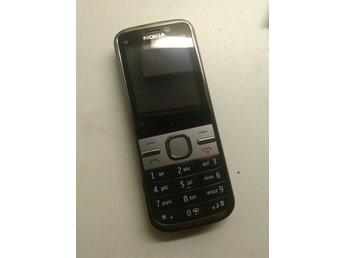 """Klassisk Nokia C5 olåst mkt fint skick,bra batteri - Fagersta - Bet med Swish efter vunnen auktion. Vanlig frakt med brev ingår, för spårbar frakt tillkommer 45:- som läggs på vinstsumman varefter allt swishas. Klassisk, """"riktig"""" telefon med alla funktioner man kan behöva - bra kamera, internet, och r - Fagersta"""