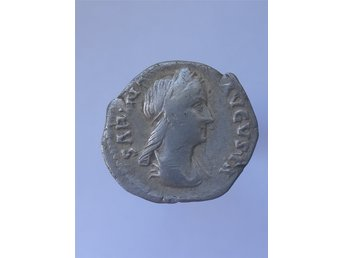 Javascript är inaktiverat. - Mjölby - Sabina, wife of Hadrian, died 137 AD. Diameter 18 mm Vikt 2,8 gram Sabina AR Denarius. SABINA AVGVSTA, diademed & draped bust right, hair in queue down back / CONCORDIA AVG, Concordia standing left with patera and cornucopiae. RSC 3a. Sabina, Au - Mjölby