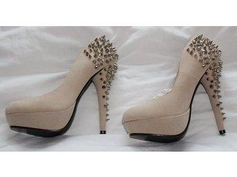 Läckra skor med höga klackar och nitar beige fä.. (327256204) ᐈ Köp ... 4484d09855714