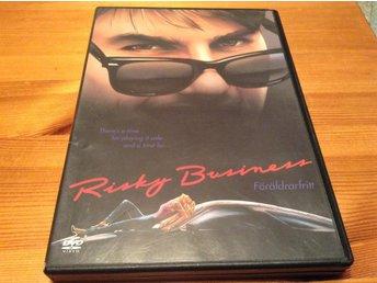 Risky Business - Föräldrarfritt - Tom Cruise - DVD - Svensk text - Järfälla - DVD-skivan har någon mindre ytrepa, vilket inte stör uppspelningen. Såg filmen nyligen och den fungerar perfekt. Fodralet har någon skönhetsfläck (se bild 3). Svensk text. Format: DVD region 2 (Fungerar till en vanlig svensk/europeiska  - Järfälla