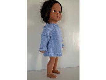 Javascript är inaktiverat. - Borgholm - En stickad tröja/klänning till dockan som passar till dockor ca 30 cm. Den är stickad i lite större modell och materialet är 100% Superwash Merino. Måtten är enligt bilden nr 2. Klänningen/tröjan är designad och stickad av mig och är - Borgholm