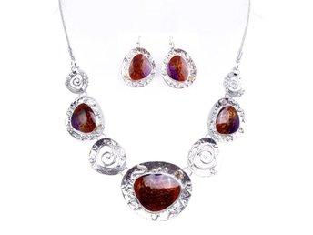 Exklusivt handgjort halsband silver rött - Hultsfred - Exklusivt handgjort halsband silver rött - Hultsfred