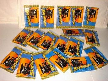 BAYWATCH 18 st paket ( PAMELA ANDERSON mm) !!!! - Degerfors - Nya oanvända varor av samlarkaraktär Äldre utg. 1980-20? De flesta utgångna ur handeln för länge sen18 st oöppnade paket BAYWATCH ( PAMELA ANDERSON mm) ( Licencierad Produkt från 1996 ) PASSA PÅ DESSA KORT BÖR HA KULTSTATUS !!!! Beta - Degerfors
