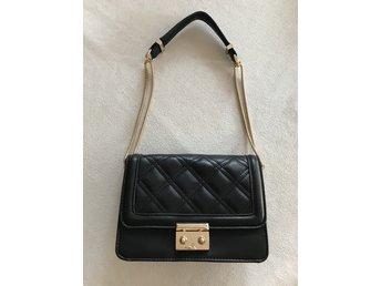 NYhelt oanvänd svart handväska från Mint & Ber.. (347601425