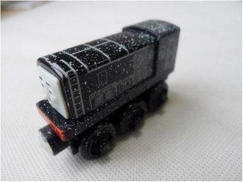 Leksaker - Thomas Vännerna Tåg - Diesel svart i trä Snö Snow Covered - Uddevalla - Leksaker - Thomas Vännerna Tåg - Diesel svart i trä Snö Snow Covered - Uddevalla