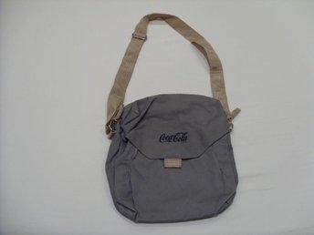 Coca Cola väska i grå färg med 3 st förvarings fickor - överkalix - Coca Cola väska i grå färg med 3 st förvarings fickor - överkalix