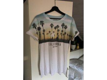 Burton menswear, T-shirt, stlr: M , Vit / Sommrig - Mölnlycke - Burton menswear, T-shirt, stlr: M , Vit / Sommrig - Mölnlycke