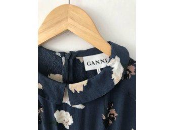 Javascript är inaktiverat. - Varberg - Säljer min underbara klänning från GANNI i strl 36Härlig blå färg med blommor på. Jättefint skick! Nypris: 1200:-Lycka till! Kika gärna in på mina andra annonser. - Varberg