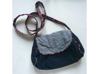 Söt väska från Accessorize. Randig blommig blå fest retro axelväska  handväska 61af266deb679