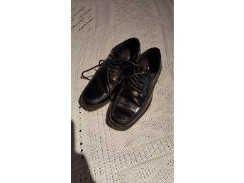 1b82b8fa8f0 Lack skor stl 32 Busiga Barn Nyskick svarta lac.. (343154938) ᐈ Köp ...