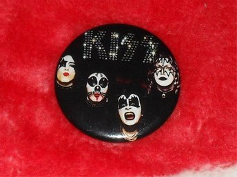 KISS -STOR Badge / Pin / Knapp (1974, Glam, Cooper, Dolls, Brats,) - Falkenberg - KISS -STOR Badge / Pin / Knapp (1974, Glam, Cooper, Dolls, Brats,) - Falkenberg