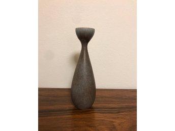 Carl-Harry Stålhane - Vas 19 cm hög - Rörstrand ( retro 50 60 tal ) - Värnamo - Klassisk vas av Carl-Harry Stålhane. Vacker glasyr. En spricka i glasyren enligt bild 3. Väldigt vacker form. 19 cm hög! - Värnamo