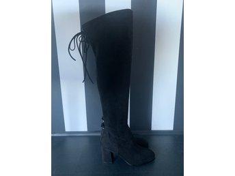 svarta höga skor