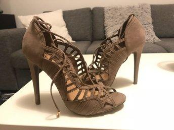 Högklackade skor - Hässelby - Helt nya i Stl 38.Klacken är 12cm hög. - Hässelby