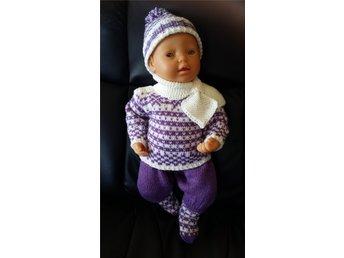 Javascript är inaktiverat. - Râttvik - Handstickade dockkläder passande till Baby Born dockor eller tilsvarande, ca 43-48 cm. Stickad i Sisu, 80 % ull och 20 % polyamid, kan tvättas i maskin på 30 ° . Mössa, schal, tröja, byxor och strumpor. - Râttvik