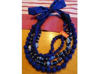 Javascript är inaktiverat. - Uppsala - Vackert halsband med pärlor i blåa toner, både glas, keramik och tyg. Knyts i nacken. Kan skicka spårbart med Schenker för 59 kr lr billigare med posten. - Uppsala