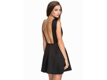 Ny SLUTSÅLD Svart BARE BACK STRUCTURE SKATER DRESS Klänning  Nelly NLY One