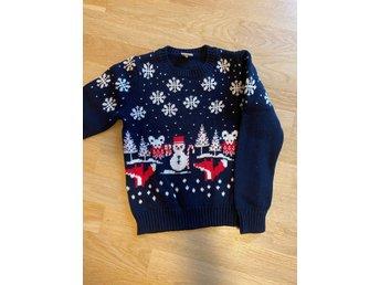 Stickad tröja med julmotiv Polarn o Pyret st 110116