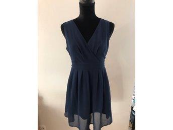 e7bf9adecf9 Marinblå kort v-ringad klänning M/L, köpt i Lon.. (347420086) ᐈ Köp ...