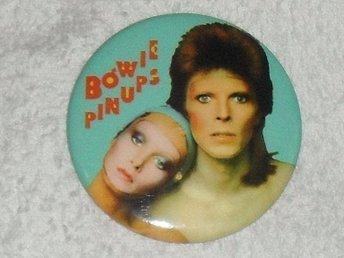 DAVID BOWIE - STOR Badge / Pin / Knapp (PINUPS, 70-tal, Ziggy, Diamond Dogs,) - Falkenberg - DAVID BOWIE - STOR Badge / Pin / Knapp (PINUPS, 70-tal, Ziggy, Diamond Dogs,) - Falkenberg