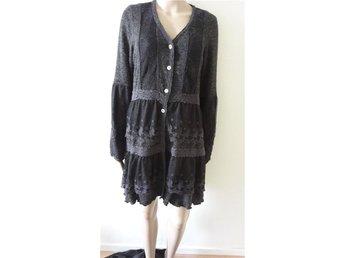 Repeat supersnygg klänning med volanger grå/Svart färg /gråa - Trelleborg - Repeat supersnygg klänning med volanger grå/Svart färg /gråa - Trelleborg