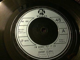 Johnny Clarke: Im Gonna Put It On (UK-1975/7inch) - Sollerön - Engelsk original singel från 1975. Mycket bra skick. Skivpåse medföljer. Läs gradering/info nedan. Vulcan VUL 1001 UK 1975 Skick på omslag: - Skick på skivan: EX till M- Vinyl-Singel Skickar med vanlig post för 18:-. Se tabell nedan fö - Sollerön