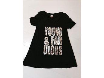 Svart t-shirt med Silvertryck - åby - Svart t-shirt med Silvertryck - åby