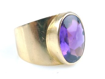 RING, 18K, 18,75mm, 5,81g, syntetisk violett safir, guld, b: 5,1-15,2mm.