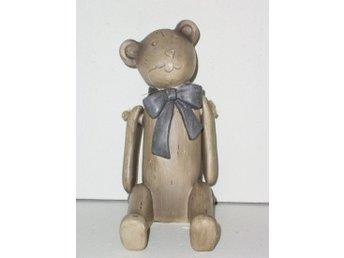 Javascript är inaktiverat. - Malmö - Sittande grå teddybjörn av trä med en blå rosett runt halsen. Teddybjörnen är ca 15 x8 x17,5 cm. Observera att det ej är en leksak Samfraktar. Maxfrakt 59 kr - Malmö