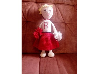 Amigurumi sandy från grease som cheerleader hejaklacks ledare