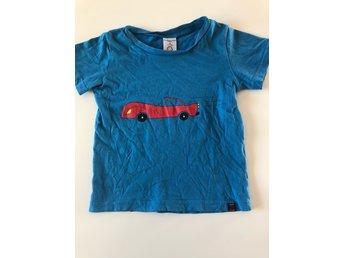 Javascript är inaktiverat. - Trollhättan - T-shirt från Polarn o. Pyret i storlek 98. Köpt förra sommaren. Inte blivit använd så mycket men trycket har blivit lite påverkat om man tittar noga.Djur- och rökfritt hem. Tvättad i parfymfritt tvättmedel. - Trollhättan