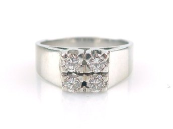 RING, 0,32ct, 18K, ø: 15mm, 4,40g, 4 briljanter totalt: 0,32ct, vitguld.