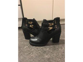 Boots med klack och guldspännen - Kållered - Boots med klack och guldspännen - Kållered