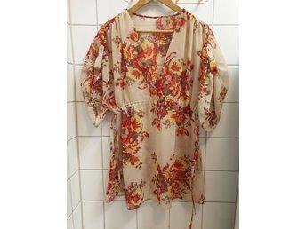 MÅSTE SES Asos blus kimono tunika omlott kaftan blommig beige skjorta knyt