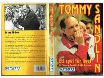 TOMMY SANDLIN Ett spel för livet - med dedikation från Ulf Jansson (1996 - Sävedalen - Av Tommy Sandlin & Ulf Jansson. Sportförlaget. Inbunden, 239 sidor. Lite snedläst, i övrigt är skyddsomslag och bok i ganska bra skick. 578 gram.ISBN 91-88540-66-9Samfraktar gärna! Se mina övriga auktioner: http://www.tradera.com/auktio - Sävedalen
