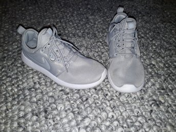 ljusgrå nike skor