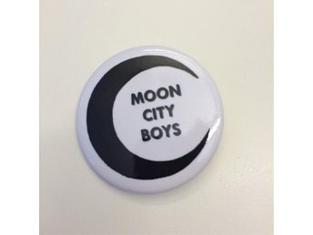 Moon City Boys : pin / badge / knapp (storlek 5,6 cm)