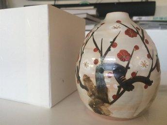 """Vas japansk keramik från Kyoto, Japan, """"Ume blossoms in Snow"""" by Syunji Mori - Bromma - Vas japansk keramik från Kyoto, Japan, """"Ume blossoms in Snow"""" by Syunji Mori - Bromma"""
