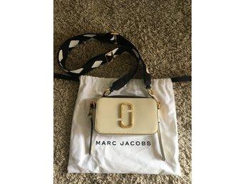 Ny oanvänd Marc Jacobs väska, modell Snapshot C.. (349577392