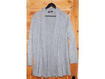 Cardigan storlek 42 - Ystad - stickad cardigan Moda 81% acryl,14% nylon, 5% wool storlek 42 färg grå längd 80 cm ärm 44 cm bra skick - Ystad