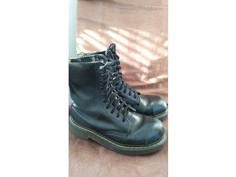 Javascript är inaktiverat. - Kiruna - Säljer nu svarta Dr. Martens kängor med stålhätta. Tillverkade i England. Storlek är UK4 eller 37, innermått 23-23,5 cm. Skorna är i använt skick, titta bilder för egen bedömning. Säljer även mörkblåa sådana för att jag skulle beh - Kiruna