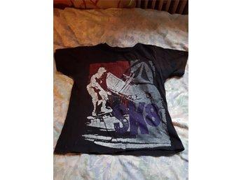 Fin t-shirt med fint tryck på - Nora - Fin t-shirt med fint tryck på i fint skick. Stl 120. - Nora
