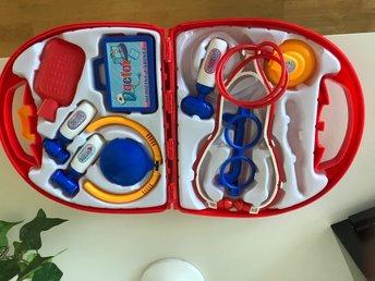 Javascript är inaktiverat. - Norrköping - leksaken har många roliga doktorsverktyg! Den är helt ny och oanvänd. - Norrköping