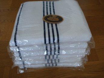 Javascript är inaktiverat. - Storfors - Handdukar: 6 stycken vit med mörkblå Storlek: 50 x 100 cm Kvalitet: 500 gram/kvm, 100% bomull Klassificering: Deluxe Sofistikerade kvalitet textilier Tillverkat i Tyskland Varje handduk är förpackad separat i plast. Andra färger finns till - Storfors