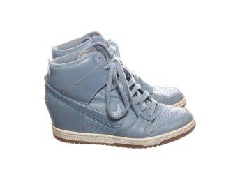 Nike Air SkyHi sneakers med kilklack (356073946) </p>                     </div>   <!--bof Product URL --> <!--eof Product URL --> <!--bof Quantity Discounts table --> <!--eof Quantity Discounts table --> </div>                        </dd> <dt class=