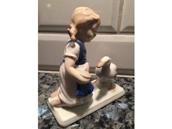 """Javascript är inaktiverat. - Trelleborg - Porslins figurin Gräfenthal """"Flicka med gås"""" stämplat enligt bilden H: 13 cmL: 11,5 cm mycket gott skick - Trelleborg"""