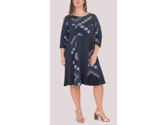 Mörkblå klänning med knappar | K & Q Trading
