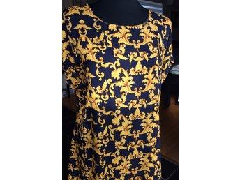 Gul marinblå mönstrad klänning av viskos (422662589) ᐈ Köp